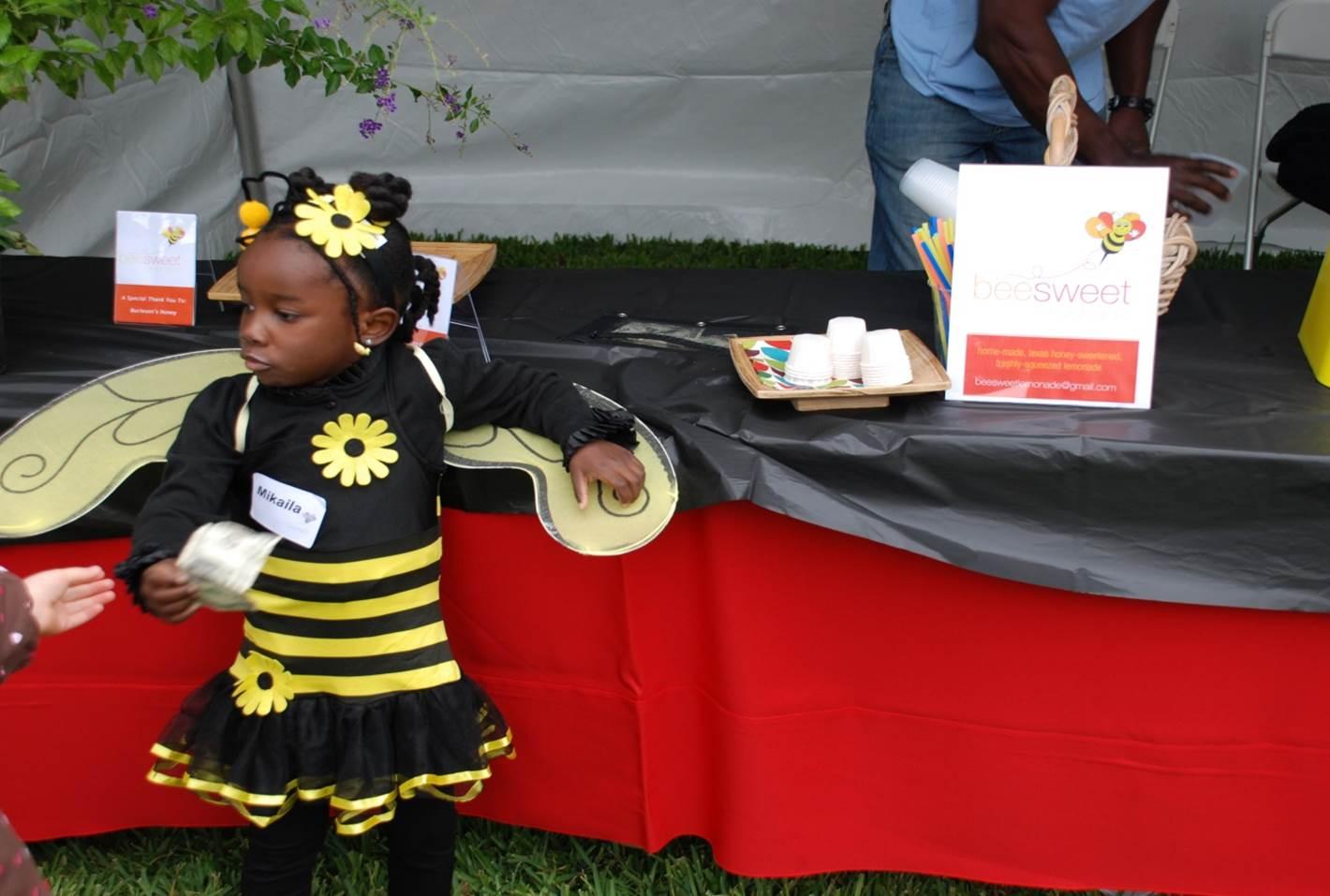 圖說:Mikaila打扮成小蜜蜂 銷售蜂蜜檸檬水並宣揚蜜蜂保育的重要性 (圖片截取:CNBC)