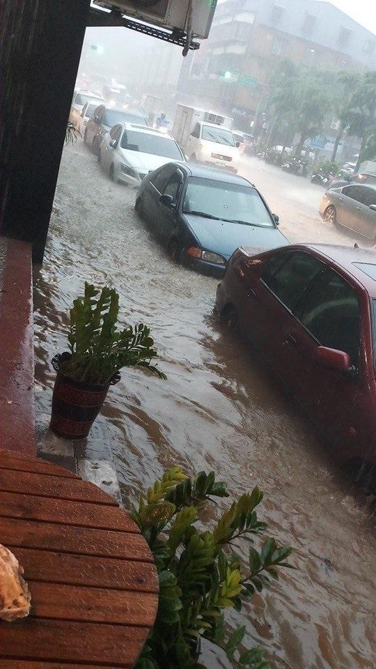 台北市大雨水淹輪胎