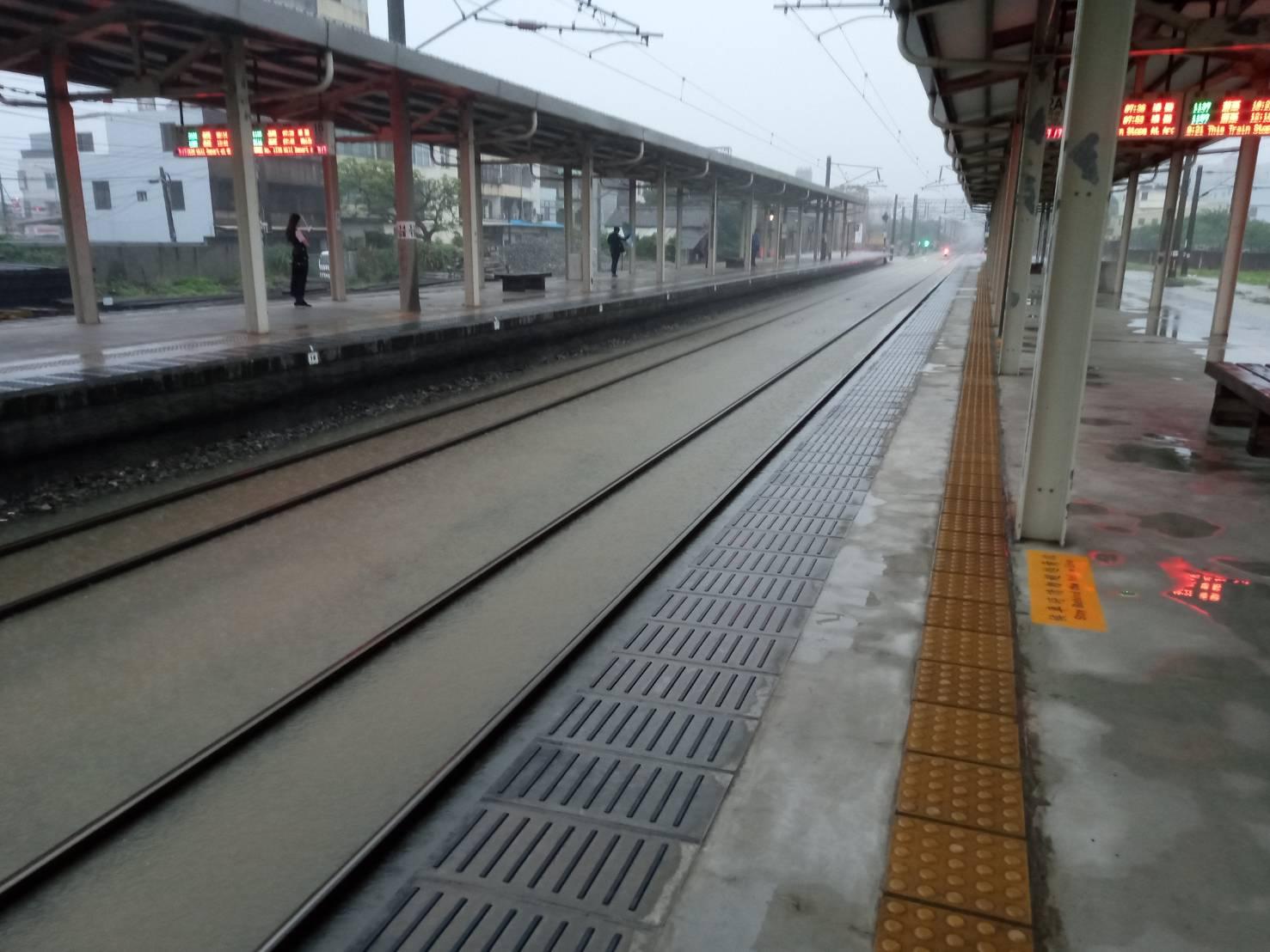 新竹豪雨侵襲 台鐵北湖至湖口(88K+300處)雙線不通
