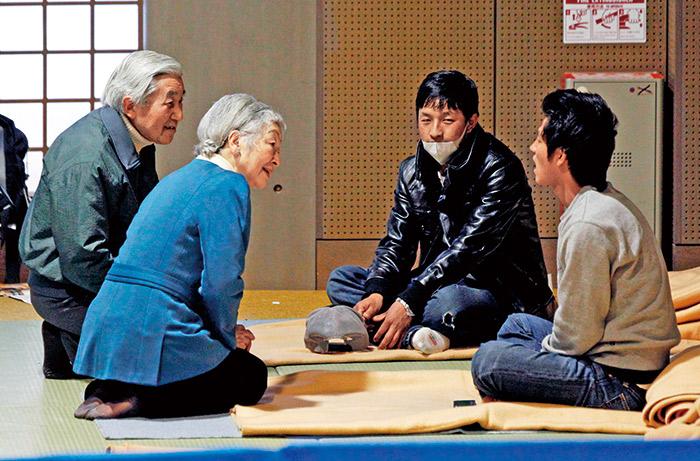 東日本大震災天皇夫婦探視災區
