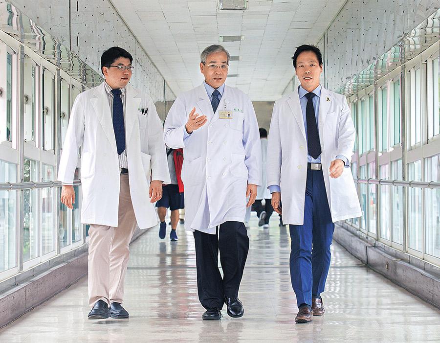 台北榮總副院長陳威明(中)。 右為主任吳博貴、左為醫師陳昭銘。