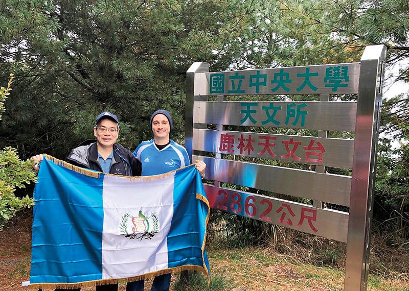 陳威明(左)帶著從瓜地馬拉來台學習的主治醫師爬山