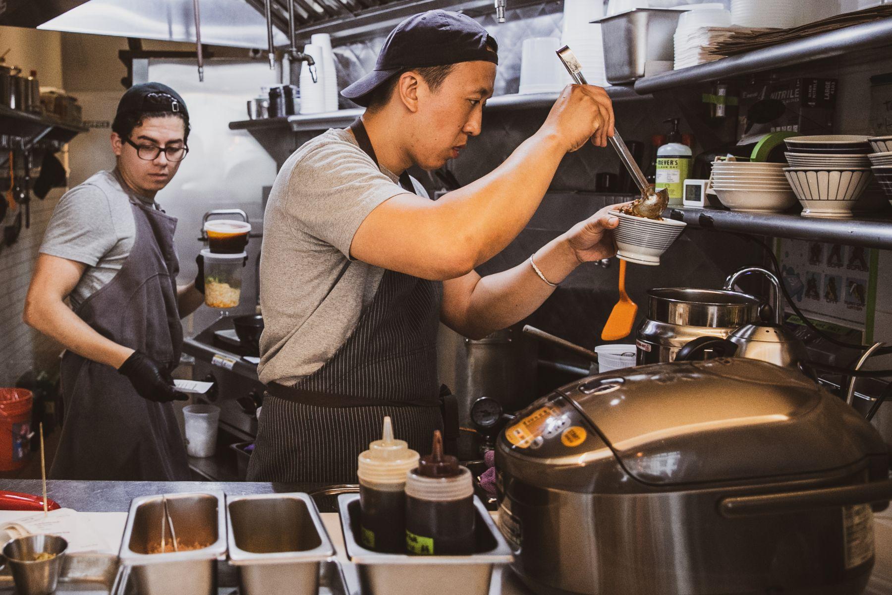 何瑞運Richard Ho在紐約市開了「何家麵館」Ho Foods牛肉麵
