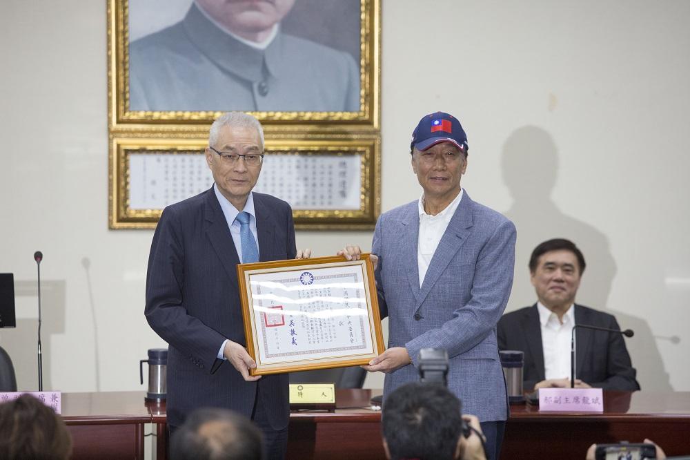 國民黨主席吳敦義頒發榮譽狀給郭台銘。圖/攝影:陳永錚