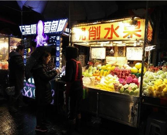 士林夜市已有2家現切水果攤,因不堪稽查選擇結束營業。