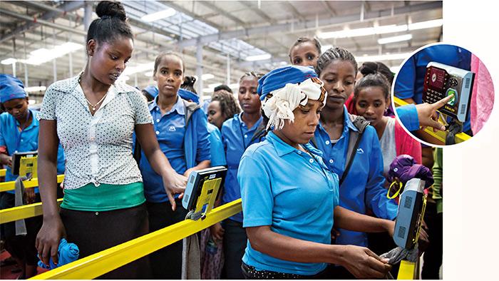 宏遠衣索比亞成衣廠員工上下班都要刷指紋。