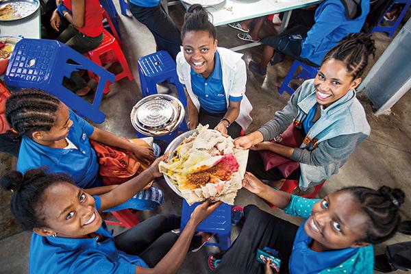 宏遠衣索比亞成衣廠員工,每天中午免費供應伙食。