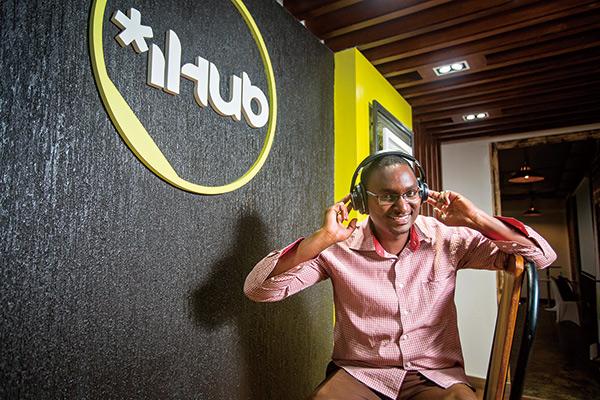 肯亞年輕人恩吉尼亞是饒舌歌手,也是本土新創耳機公司的品牌經理。