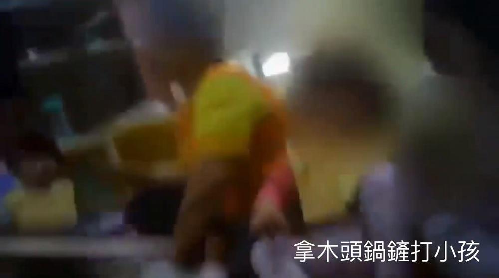 托嬰中心托育員持鍋鏟猛打孩子腳底板。