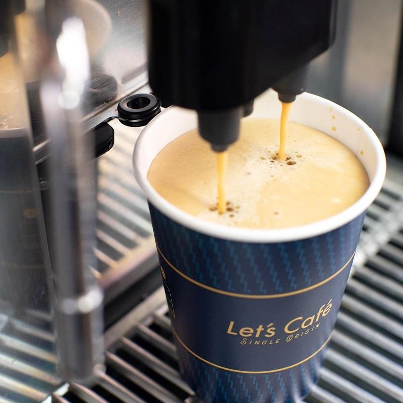 全家Let's Café在19日補班日當天,推出會員限定之商品預售「加碼」優惠,大杯熱拿鐵、熱美式買五送五。
