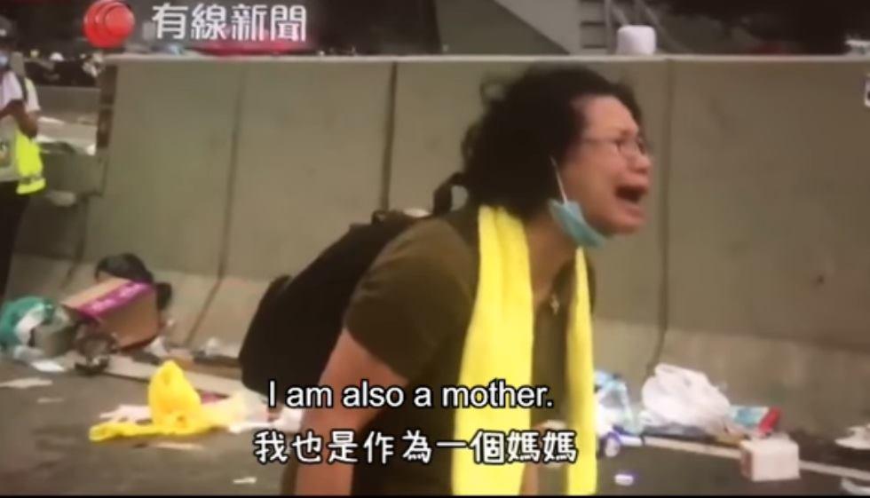 反送中一名香港媽媽在街頭向警方怒吼:你們為什麼要這樣打這些小孩?