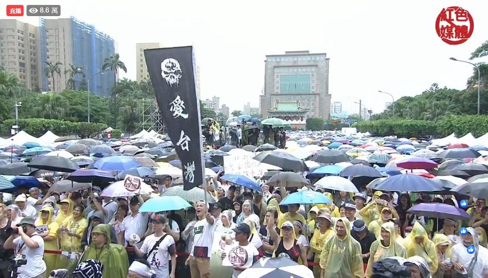 (反紅媒遊行現場,民眾高舉標語要把親中媒體趕出台灣。圖/截自「飆捍」臉書直播影片)