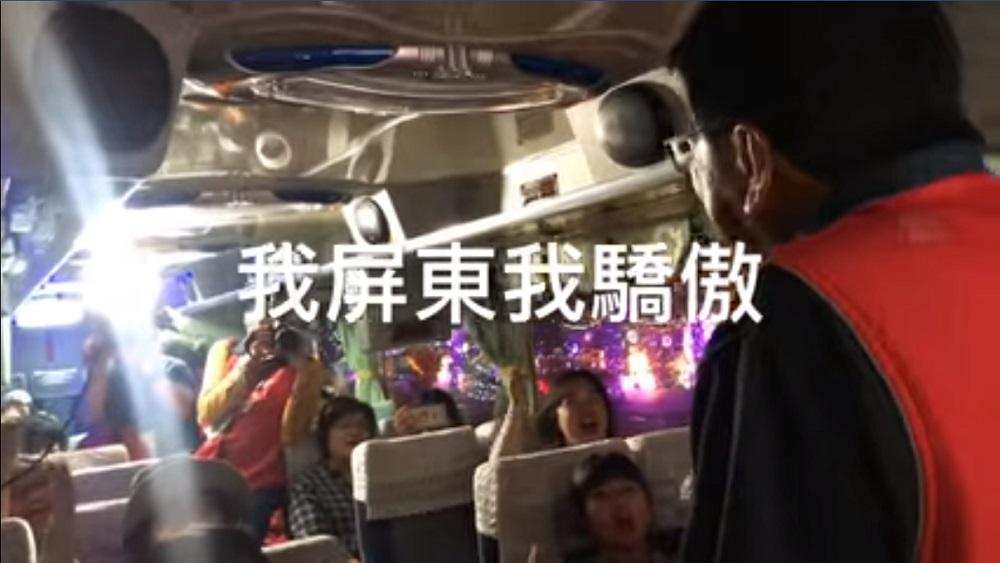 屏東縣長潘孟安親自送走最後一批參觀台灣燈會的遊客,喊出「我屏東我驕傲」。