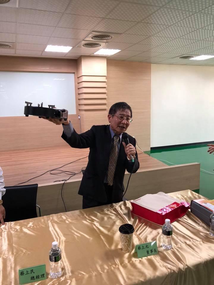 界霖蔡上元董事長親自秀他自行開發的紅外缐瓦斯爐。