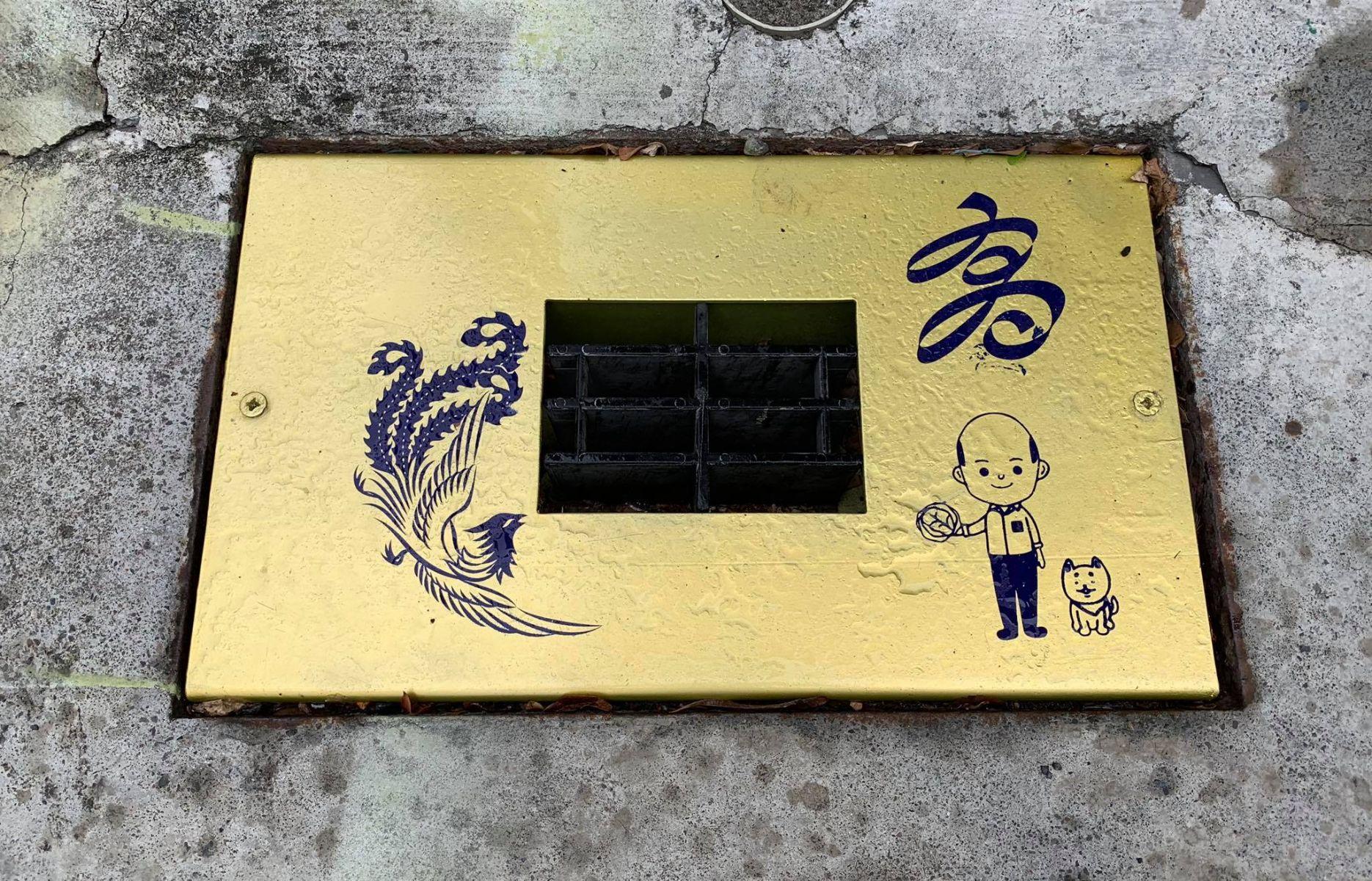 「高雄點Kaohsiung.」臉書 金色排水孔蓋引發關注