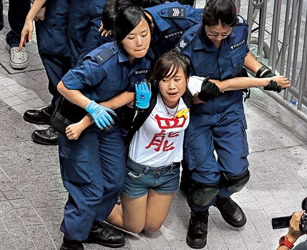 香港許多學子站在第一線爭普選,遭到強制驅離