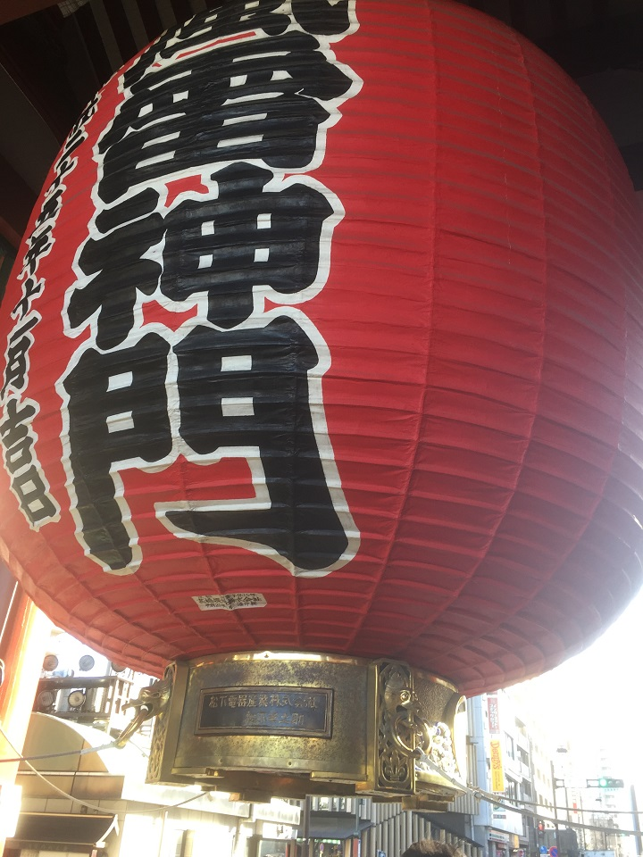 ▲東京淺草雷門的燈是經營之神松下幸之助捐的呦!他說了很多熟年管用的智慧語錄(劉黎兒攝影)