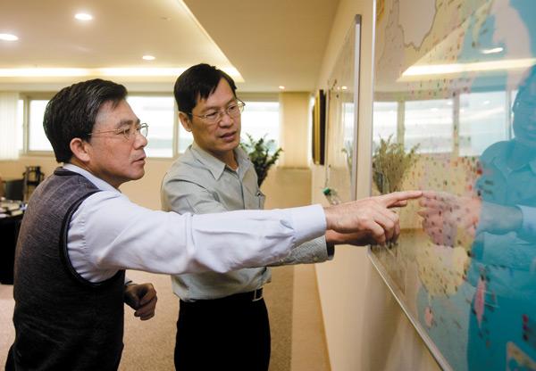 許崑泰(右)百腦匯總裁蔡明賢(左)