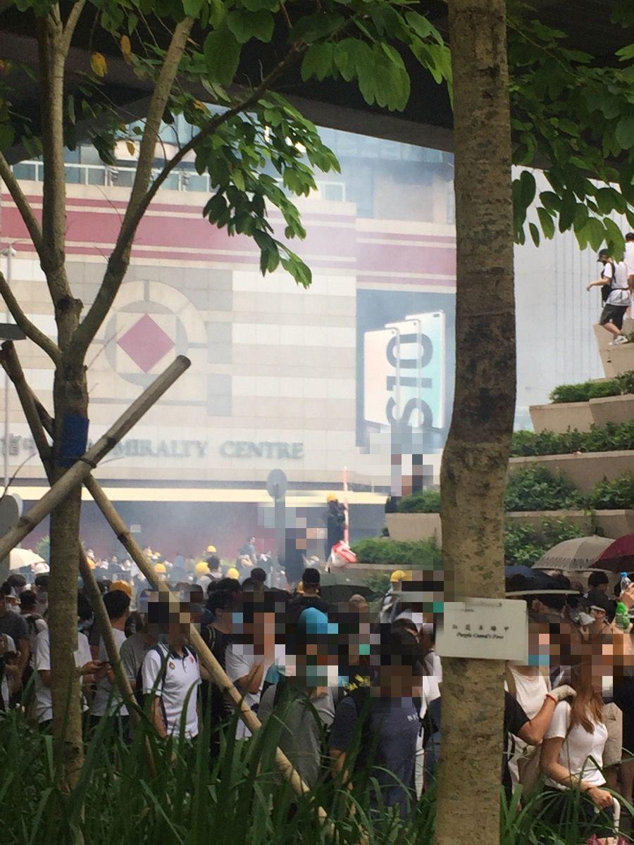 香港黑警不斷向手無寸鐵的示威者投擲催淚彈