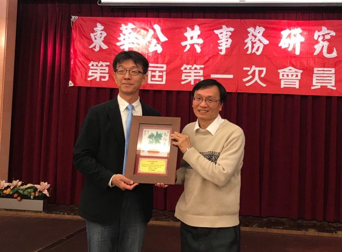 田理事長致贈感謝狀給前花蓮地方法院庭長湯文章律師