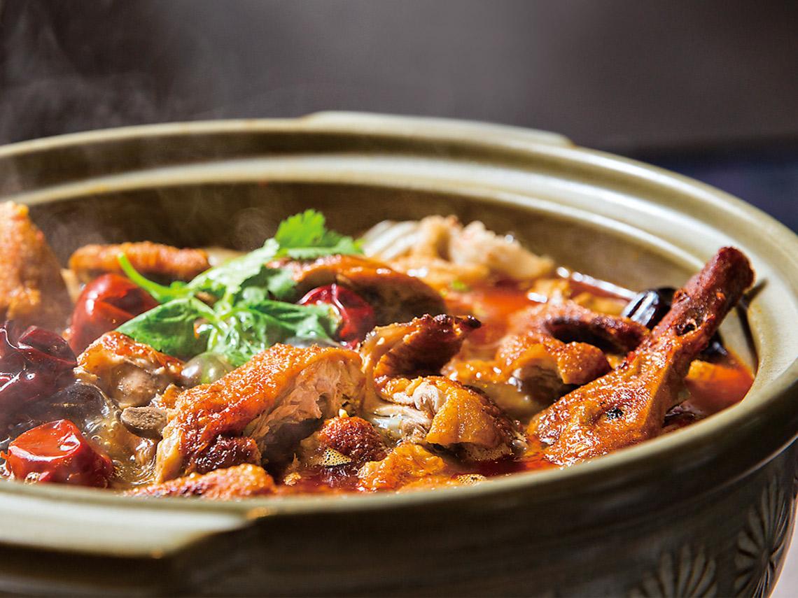 天府冒鴨鍋強調桌邊服務烹煮30分鐘之後是最佳賞味時間