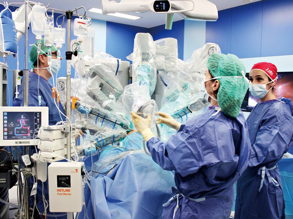 透過機器手臂的控制減少手術過程中的人為震顫提高手術的精準度與安全性。(圖片/達志)