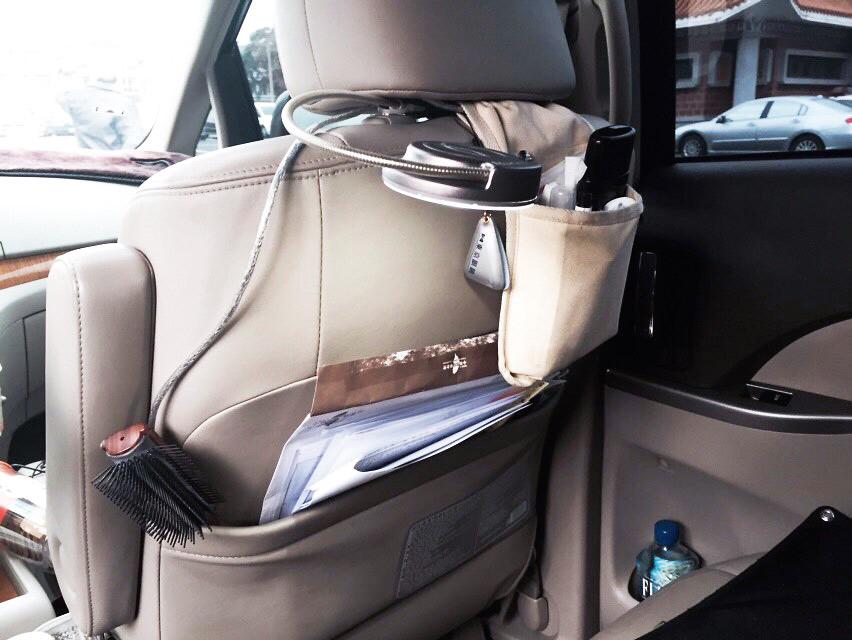 蔡英文車內就是她的行動辦公室,經常不同行程要換不同服裝
