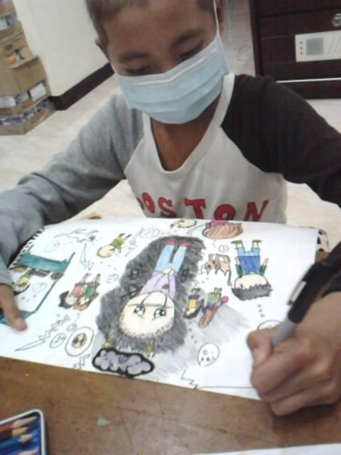 重症兒童蓉蓉等待骨髓配對期間將心理想法情緒都訴諸在畫紙上
