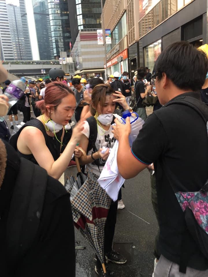「反送中」遊行學生遭到警方噴灑催淚彈,兩名學生被催淚彈眼睛都睜不開
