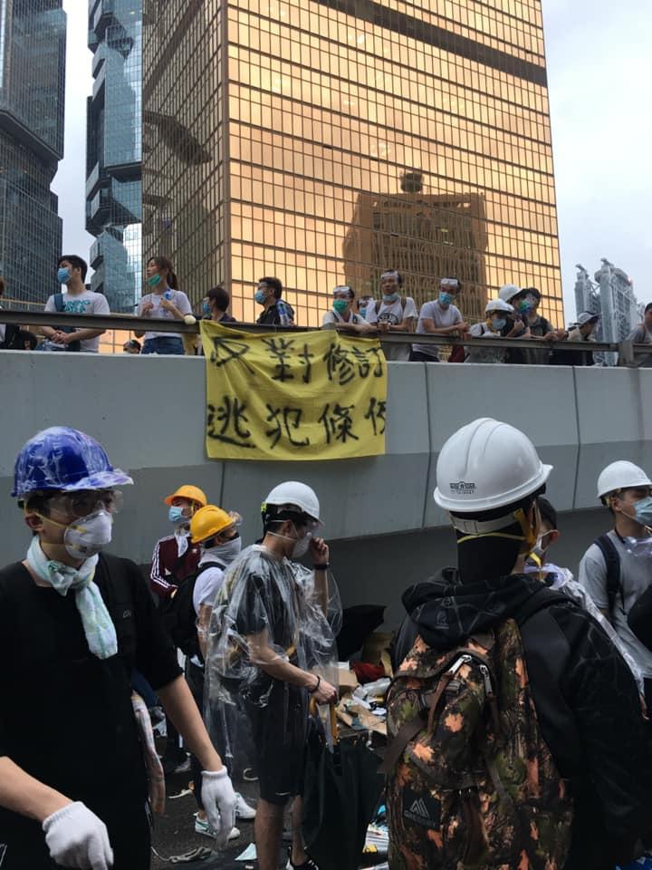 「反送中」遊行參與示威的青年都得戴上手套護目鏡與口罩,避免催淚彈直接接觸攻擊