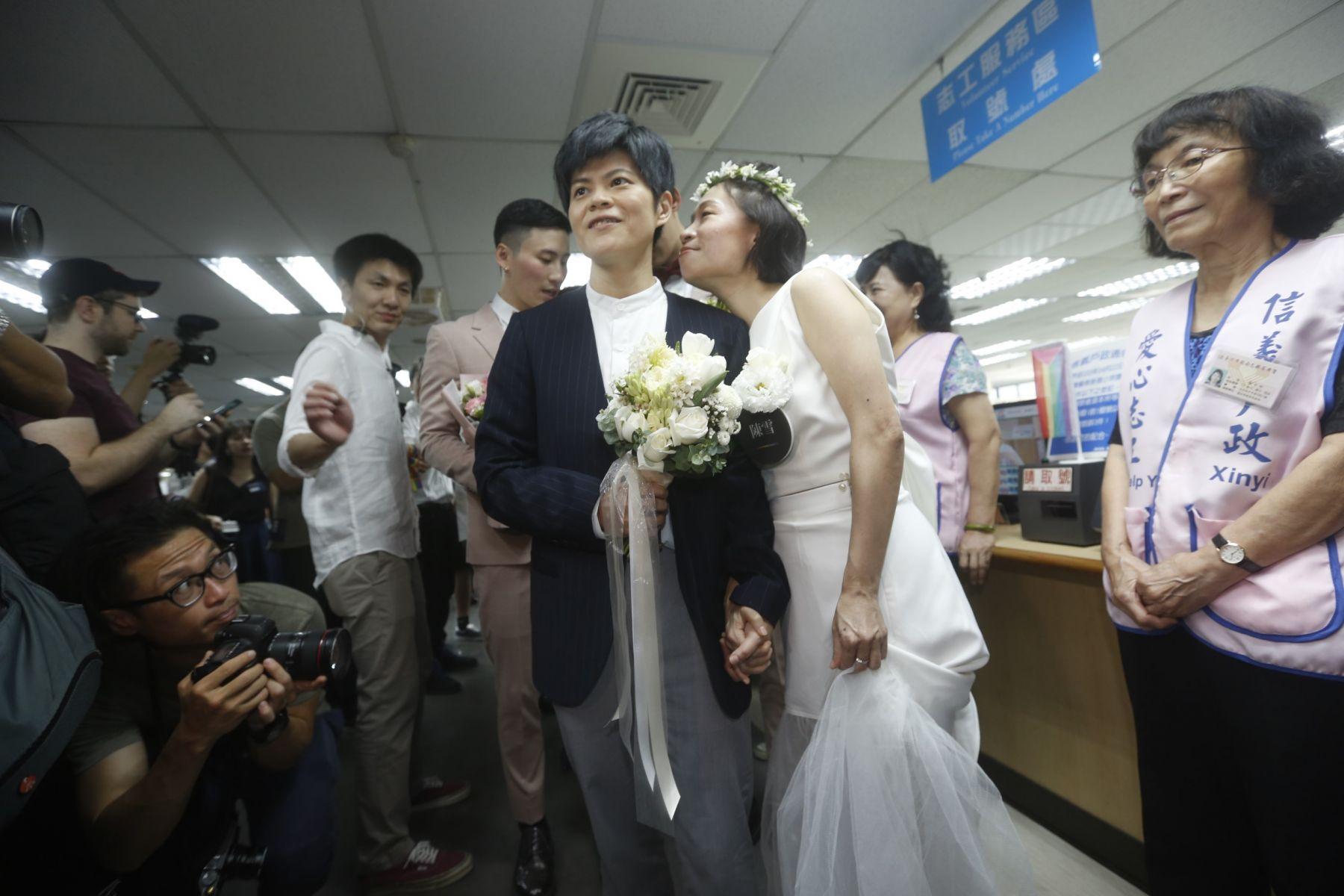 知名作家陳雪穿了婚紗在眾人的見證下辦理登記