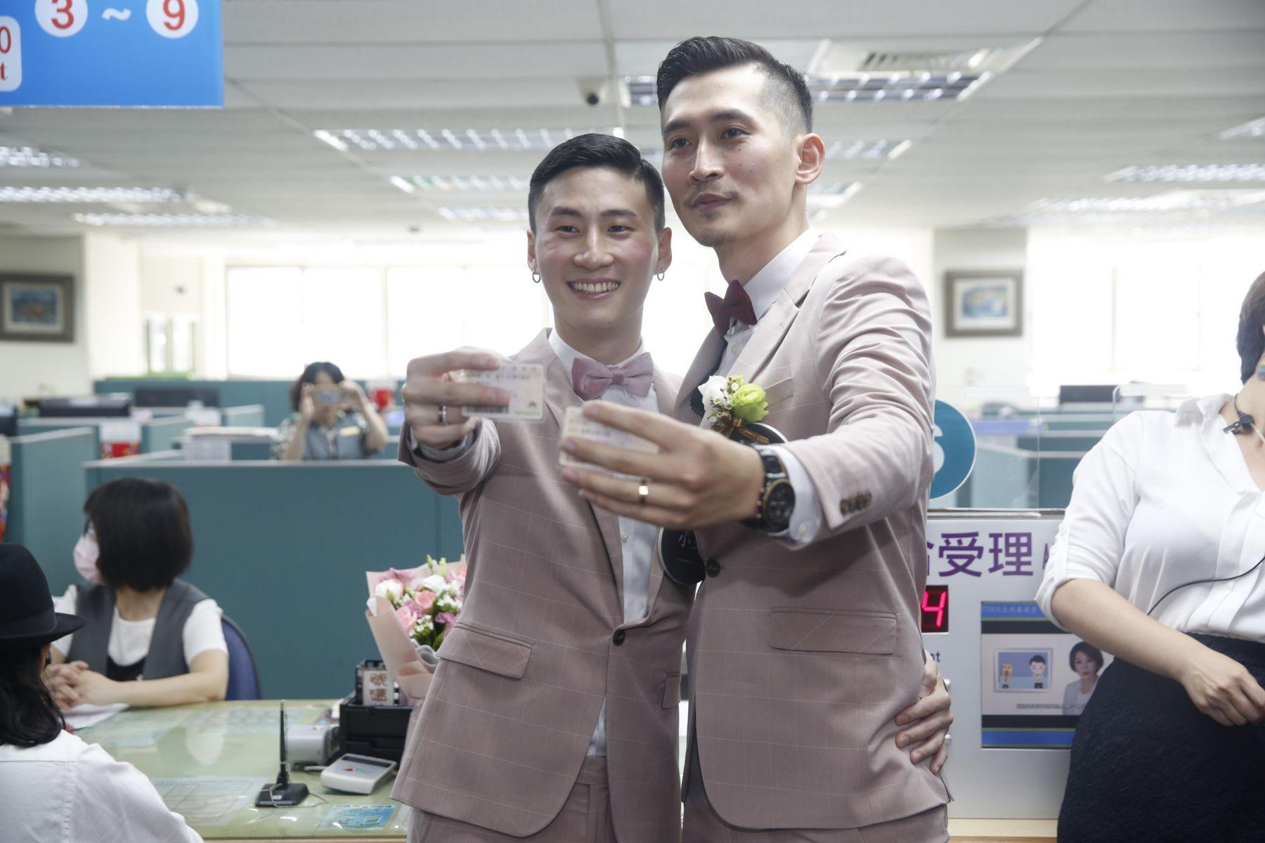 在一起12年的男同志伴侶向媒體展示配偶欄不再空白的身分證