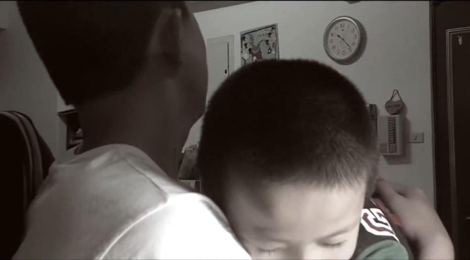 ▲因為帶課後輔導班,讓凱威和孩子培養出深厚的感情,說「晚安」、給擁抱是他們平常的習慣。(圖片提供/桃園市愛鄰舍協會)