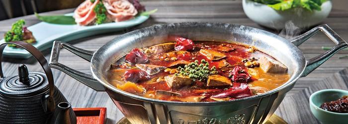 台灣人愛吃鍋,即使到了夏天也一樣賣得火爆, 尤其是麻辣鍋!一鍋熱油滾起, 那竄鼻辣香氣,一年就可吃出五十億的驚人商機。 這抹紅來得濃烈, 催生不少主打重慶味的麻辣鍋在台灣熱鬧登場, 用麻香辣勁的迷人魅力收服嗜辣成癮的鍋迷甘願排隊等候。