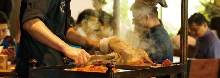北京烤鴨與廣式烤鴨的個別差異與料理細節,是最令人津津樂道的美味關鍵。油亮誘人的外皮、噴香豐美的滋味,出爐的香氣不斷流轉飄香。皮要多脆?醬要如何調配?肉汁是否足夠?道道都是環節。從南到北嚴選四家好店,帶您一次嚐個過癮。