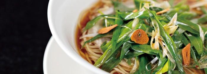 拉麵是日本國民美食。要在全國近四萬家的總數中殺出重圍,必須靠創意取勝。這些定番外的新派拉麵,來到台灣後結合在地食材,迸發更多令人驚喜的美味變化,三星蔥、豆奶和櫻花蝦都能創新地將拉麵帶到另一種境界!準備好了沒?燃燒你的拉麵魂吧!