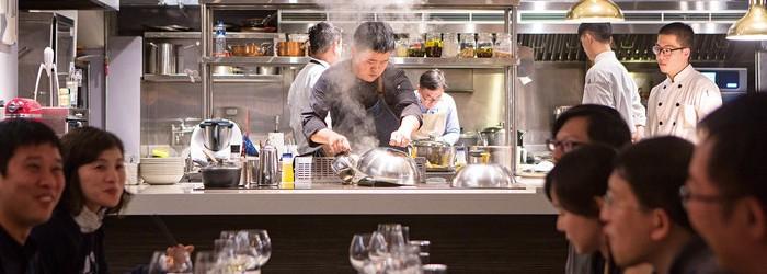 沒有制式菜單、隱私性高、料理隨季節變化,幾乎是所有當今私廚吸引人的必要條件;當紅的私廚甚至得等上好幾個月,才能排進預約名單。位於台北田徑場下,J&J採預約制每晚只接待一組客人,被許多饞客公推為台灣最好的私廚。