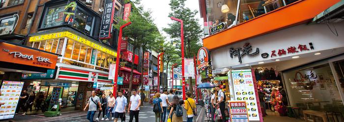 這裡是台灣商圈的超級戰區-西門町,也是平民翻身、富者聚財的淘金之地。西門町提供了養分與機會,造就這些致富傳奇,這裡不單只是逛街購物的樂園,還是創業、經營、行銷、投資等各種know-how的知識礦場。