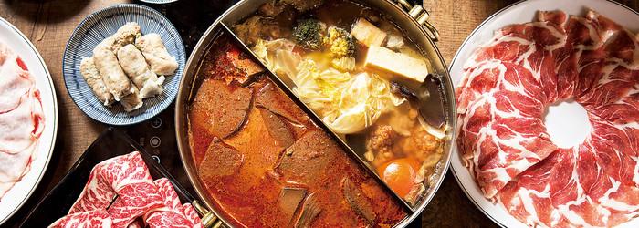 「來唷,今天有怪物要上桌嘍!」八條老宅麻辣鍋的老闆拎著一袋神秘嘉賓攤在桌上吆喝大家來看。 這些被放置於木桶上,即將要進入水缸保鮮的大型物體,原來是向來被喻有世界上最重螃蟹之稱的「皇帝蟹」,隨便一隻都是三公斤以上。