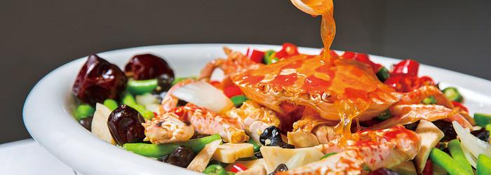 說起吃蟹,大部分饕客聯想到的是大閘蟹,但近來部分大閘蟹被驗出含超量戴奧辛,反觀北台灣行之多年的「萬里蟹」,是講究生猛海撈的「海蟹」,不僅天然,滋味相較於湖蟹可說是有過之而無不及,萬里蟹著重於肉質,纖維具咬勁,一吃便是滿滿的過癮!