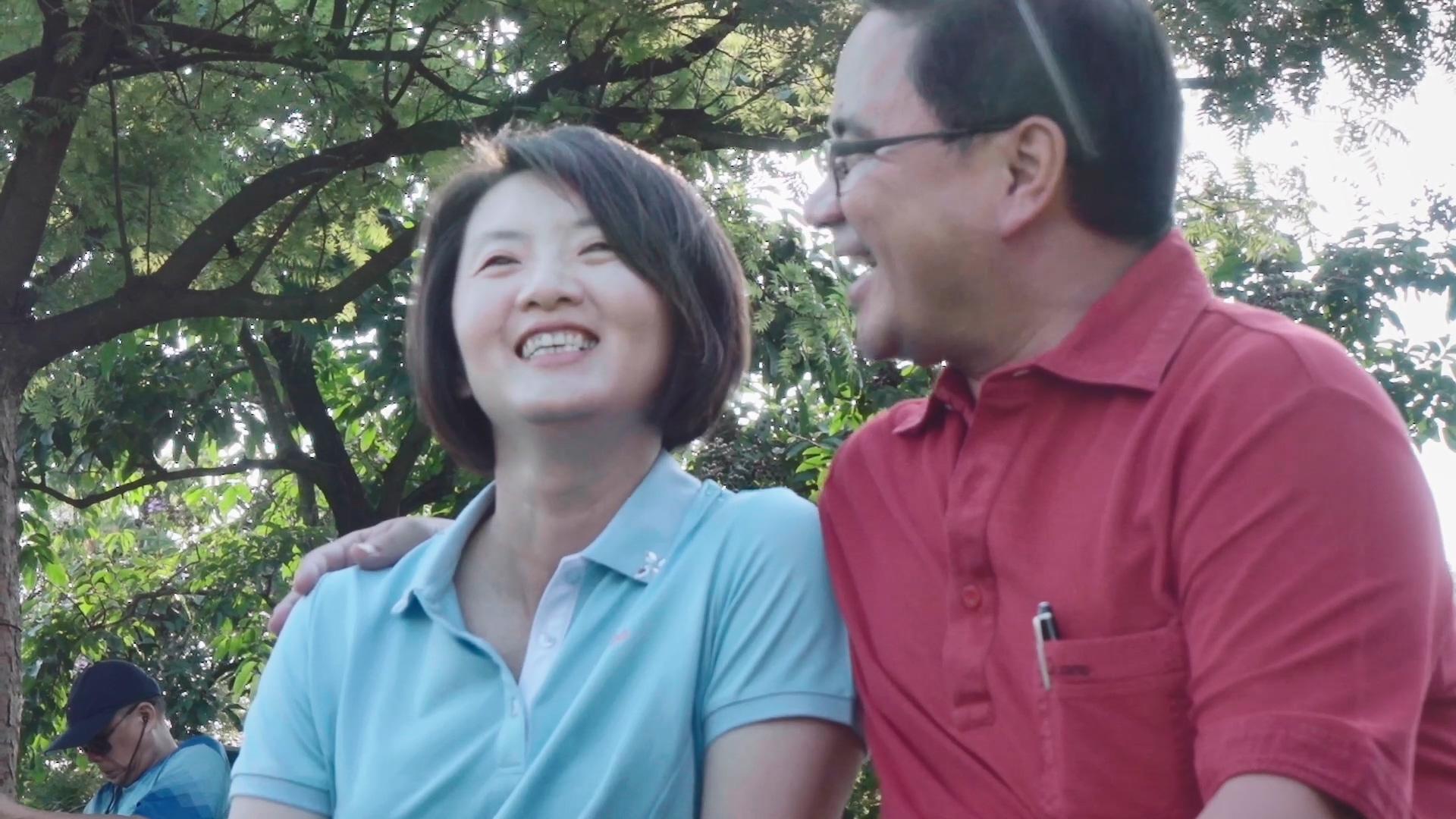 巫有崇(右)在公園內與林孟霓(左)的互動充滿愛