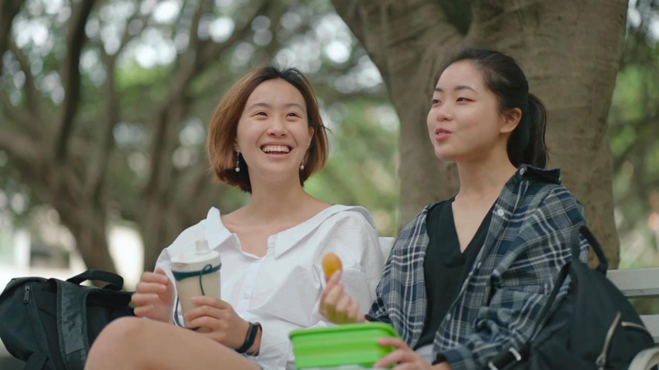 王宣茹(左)與高中好友劉諺儒(右)於大學校園內邊聊天邊享用手搖飲料與啾啾蛋