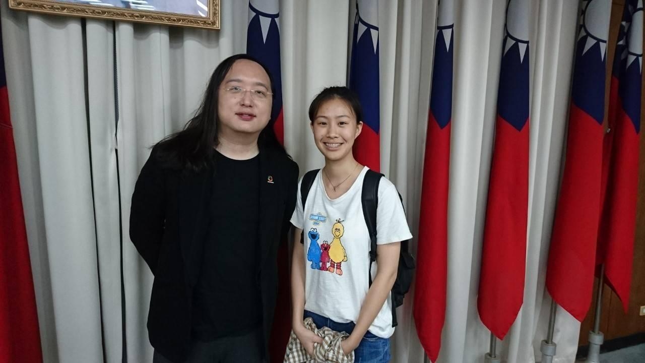 王宣茹參加環保署會議後,與唐鳳合影。