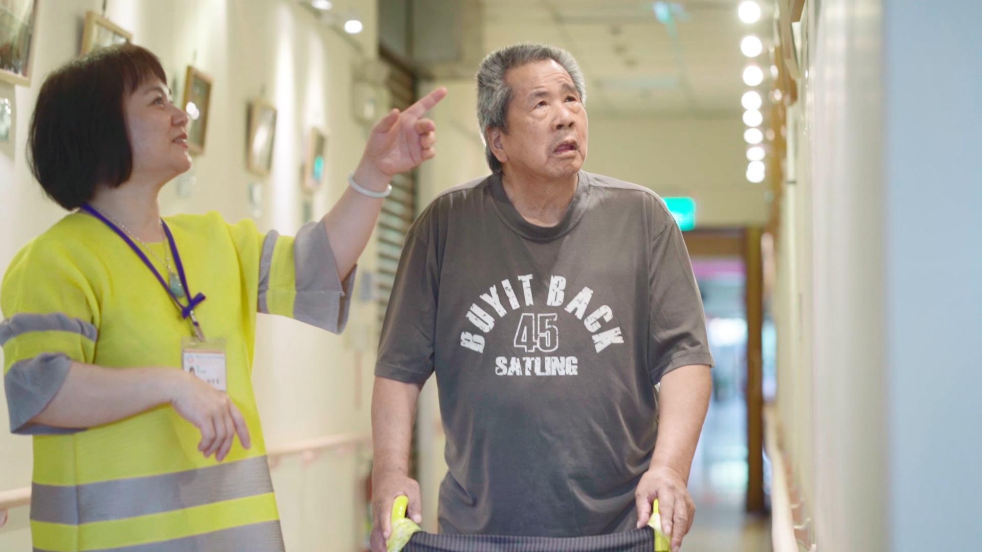 林素雲主任與公費長輩江文和於基隆恆安藝文走廊欣賞攝影作品並聊天