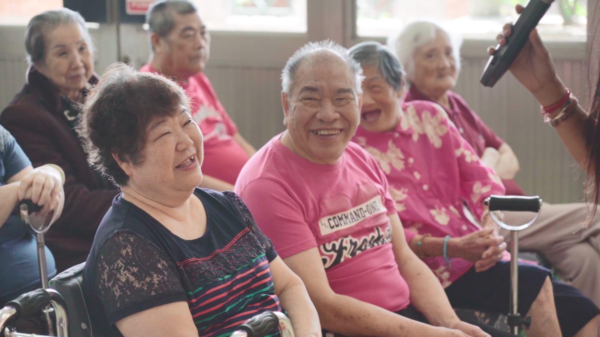 住在基隆恆安的長輩正參加活動,同時能賺取恆安幣點數,活動逗得長輩笑開懷