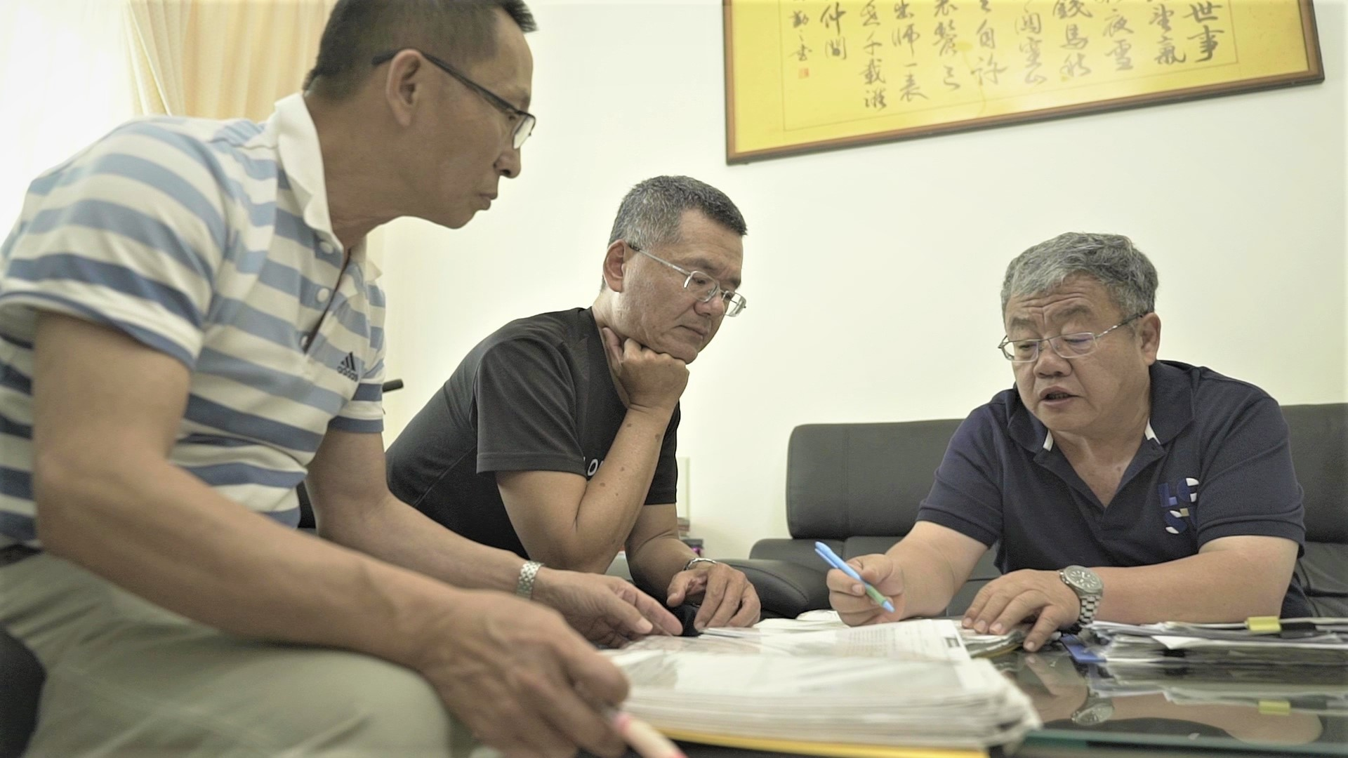 防詐達人陳惠澤與前同事劉善光、陳輝隆討論詐騙案件。