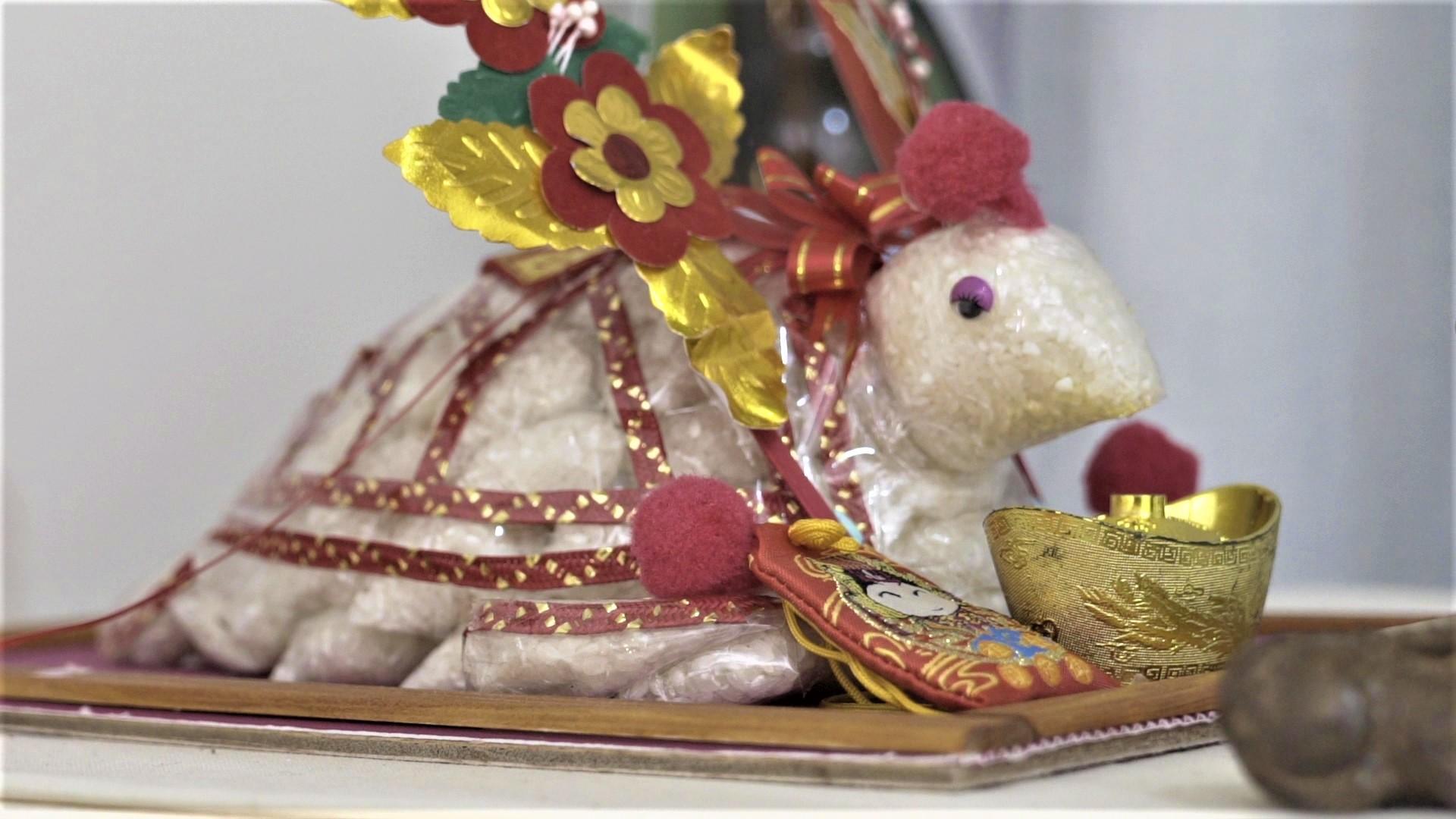 海龜姊姊從澎湖乞龜節求回家的米龜,如神像般地擺在儲藏櫃上。