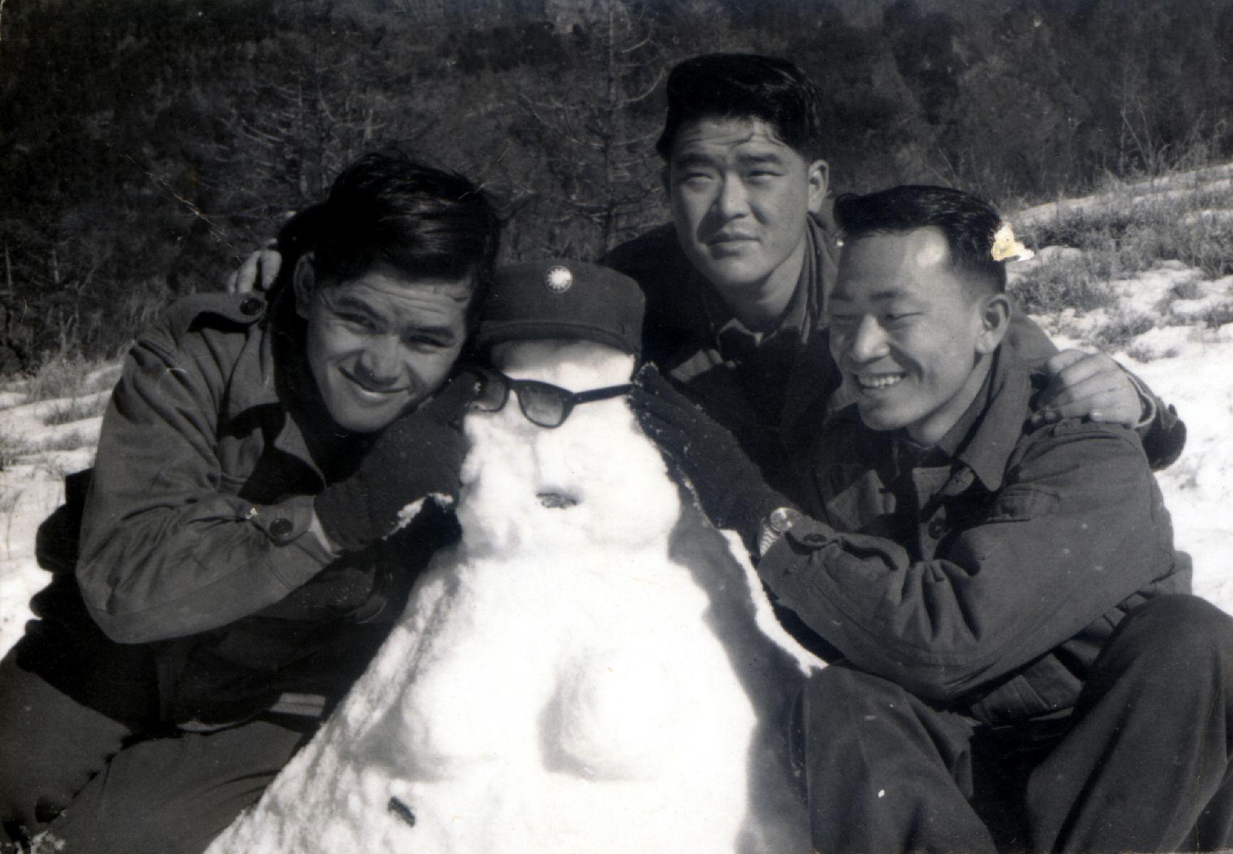 1969年賴世雄與軍中友人登大雪山