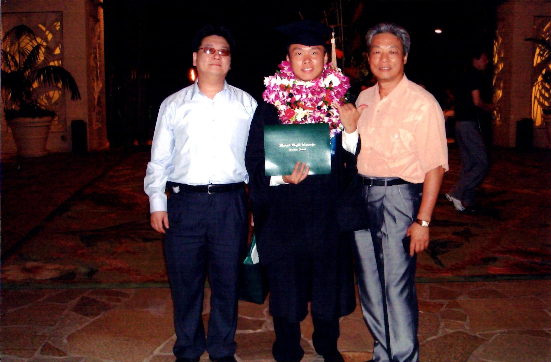 何尚傑(圖中)畢業時與父親何國鈴(圖右)合影
