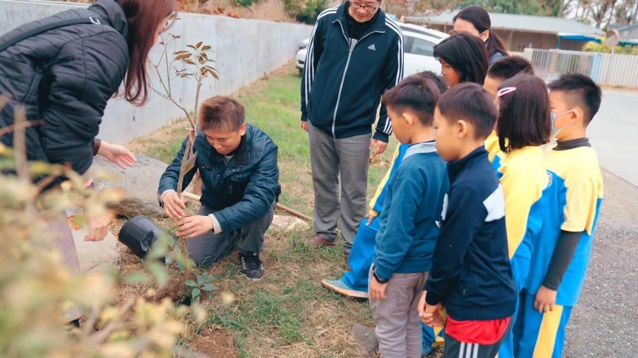 「以樹養球」是球隊踢進幾顆球,綠色冀泉便以球隊名義種幾棵樹苗,圖為陳宇華正在種樹